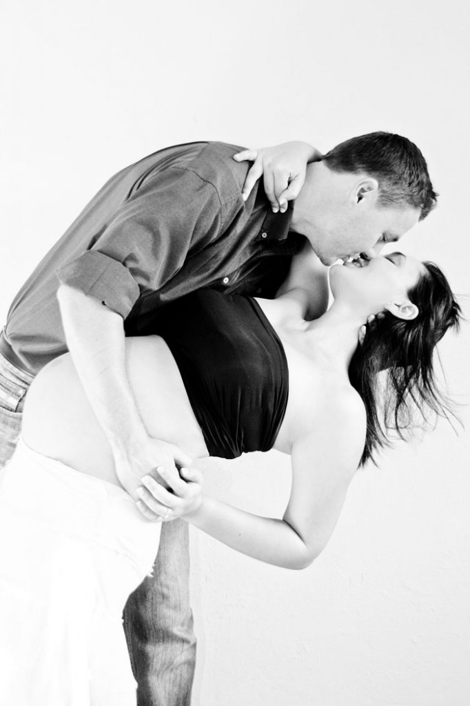 maternity-pregnancy-couple-kissing-location-home-pretoria-johannesburg-photographer-georgina-voigt-photography-682x1024.jpg